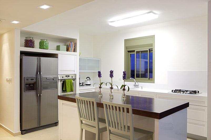 Дизайн кухни с холодильником в нише